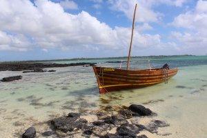 Boot an Strand von Mauritius Schnorcheln